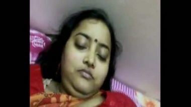 Indian chick masturbates for her webcam